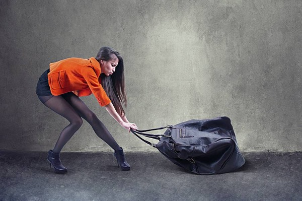 Девушка и огромная тяжелая сумка - бага