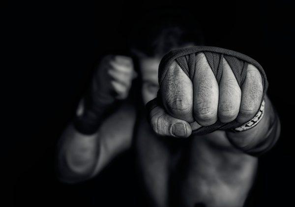 Кулак сжат для удара (фото)