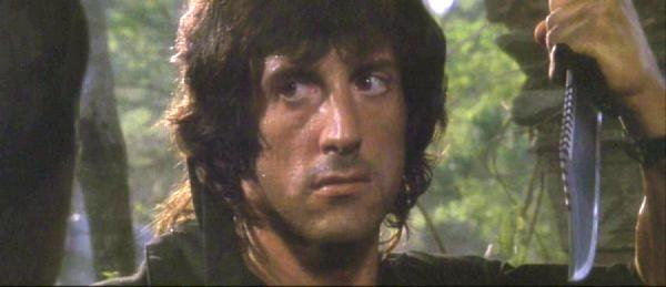 Рэмбо (Сильвестр Сталлоне) с ножом Рэмбоид (кадр из фильма)